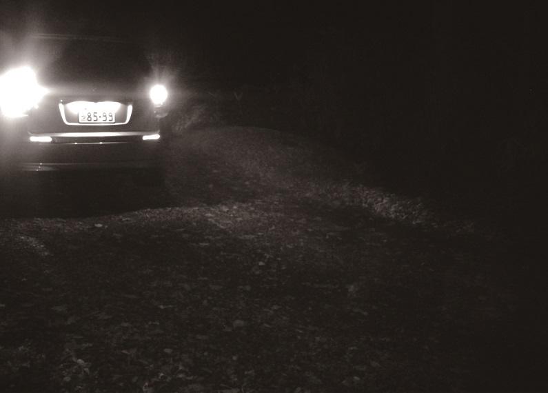 夜間に車を撮影